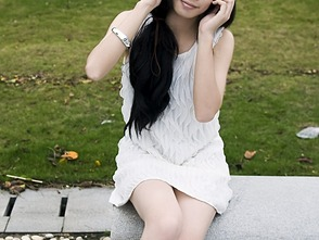9436 a beautifulgirl posing on a bench outdoors pv