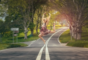 woman-jumping-road_Fot